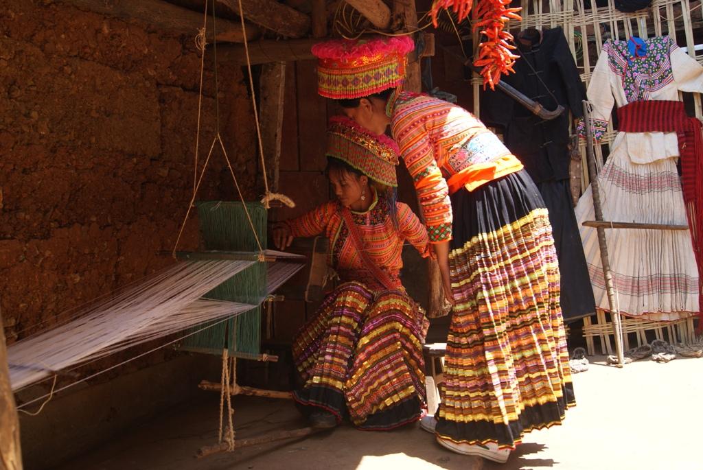 """米易县新山傈僳族乡大多傈僳族都穿着自织自制的麻布衣服,在新山傈僳族同胞的心目中,一个妇女不会织布就像一个男子不会用弩狩猎一样,其社会地位是低下的,不会纺织的女人不但""""不值价"""",而且出嫁都很难,相反,一个姑娘其纺织技术精湛,这不但使做父母的教女有方而荣耀,而且还可以向夫家索取更高的聘礼。所以新山傈僳族妇女不论是外出还是在家,都是手不离麻,甚至边走边捻麻线绕麻线团。 新山傈僳族的纺织包括生产——加工——制作三道工序,均是使用傈僳族自制的工"""